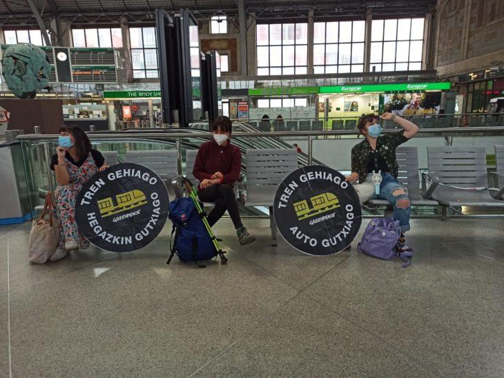 voluntarios greenpeace más trenes menos aviones