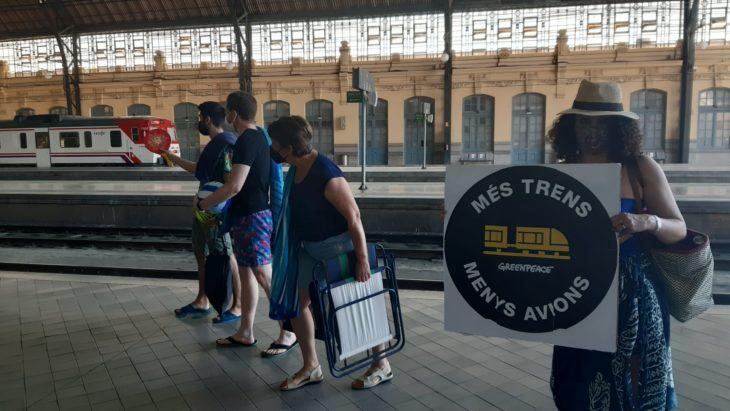 voluntarios greenpeace valencia más trenes menos aviones