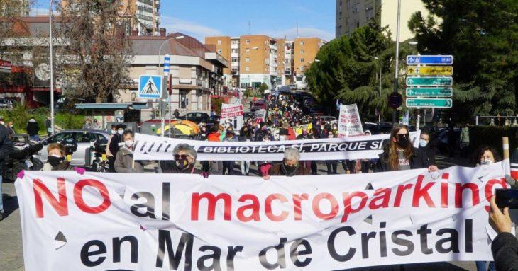 Manifestación de los vecinos del barrio de Hortaleza, en Madrid, para reclamar la apertura de una biblioteca en lugar de un macroparking