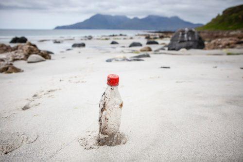 Botella de Coca-Cola en la playa