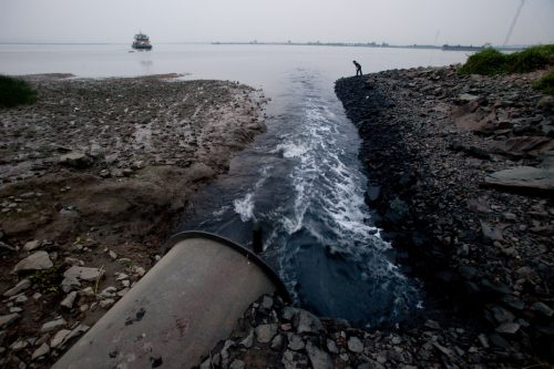 Flujo de aguas residuales de una tubería de descarga en China
