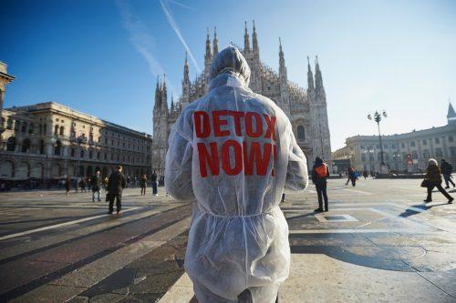 Un activista de Greenpeace frente al Duomo de Milán lleva un traje en el que se puede leer 'Detox Now'