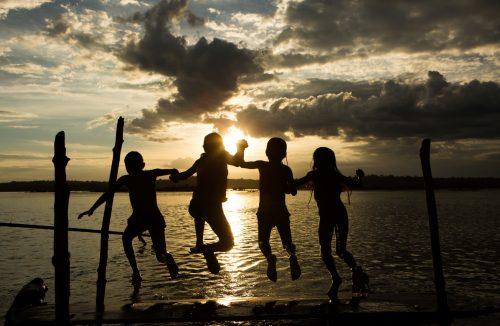 Niños Munduruku nadando en el río Tapajós en el Amazonas