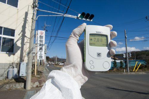 Un miembro del equipo de Greenpeace tiene un contador Geiger que muestra niveles de radiación de 7,66 micro Sievert por hora en la aldea de Iitate, a 40 km al noroeste de la planta nuclear de Fukushima Daiichi, y 20 km más allá de la zona de evacuación oficial.