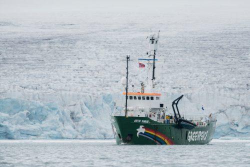 El buque de Greenpeace Arctic Sunrise frente al glaciar Borebreen en Svalbard.