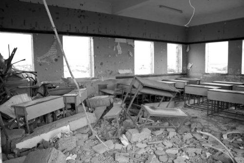 Efectos de los bombardeos de la coalición saudí en un colegio de Yemen.
