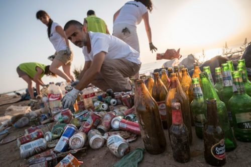 Voluntarios de la organización ecologista Greenpeace llevan a cabo una limpieza de residuos, dentro de la campaña